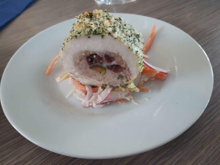 Rolovana piletina s pistaćima i borovnicom, i koleslav salata uz roze