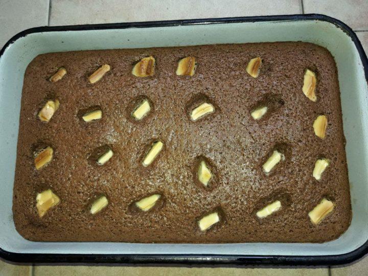 Kakao kolač s prelivom i belom čokoladom
