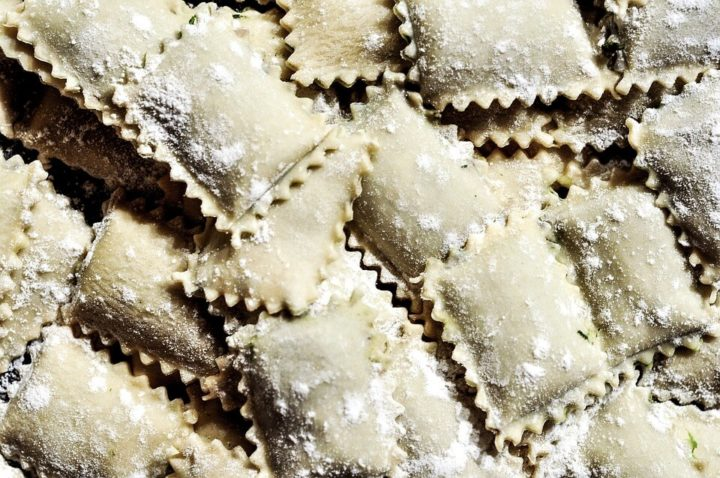 Ravioli – tortelini bez kružnog uvijanja, sa reckavim krajevima.