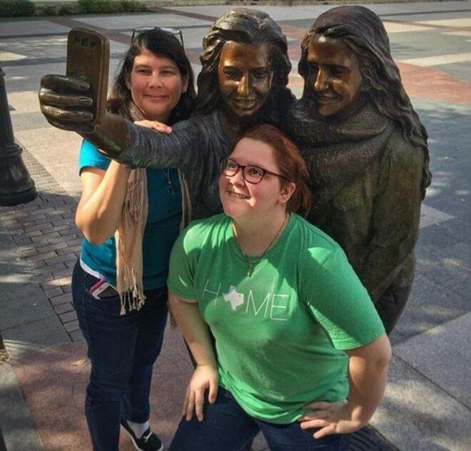 Devojke, mobilni je od bronze