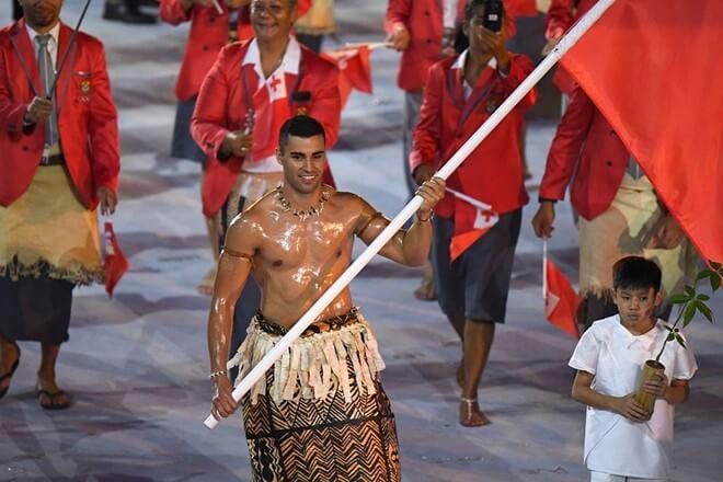 Nikolas Taufatofua nosi zastavu na otvaranju Olimpijskih igara u Rio de Žaneiru