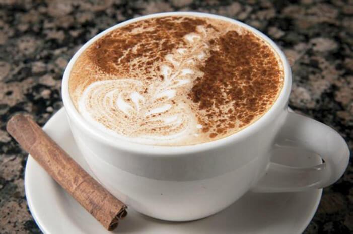 Kafa s mlekom ili mlečnom penom uz dodatak cimeta služi se kao dač (dutch)