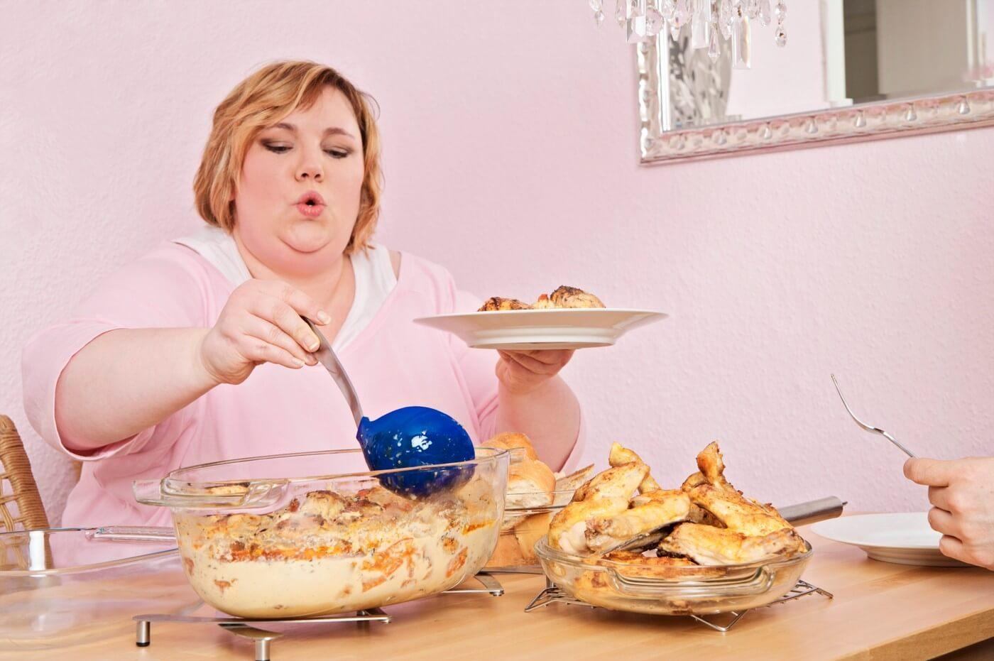 на кухне толстая девушка картошка