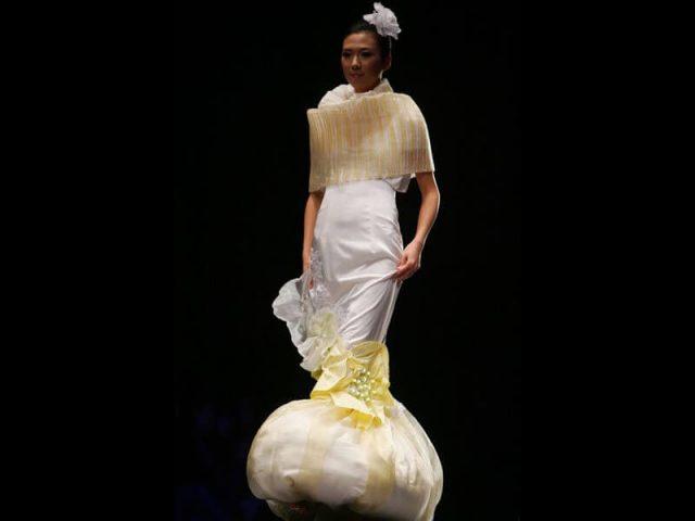 Da li je s prave strane obukla haljinu: ovo dole ide gore ili...