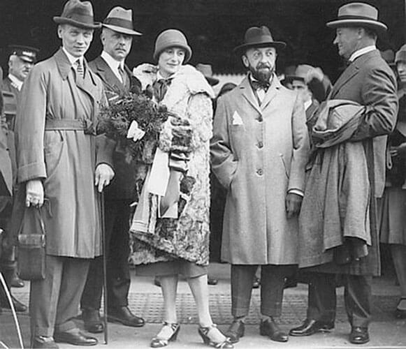 Sidnej 1929, dolazak s menadžerom, odnosno mužem
