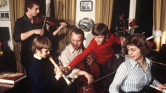 Obrazac za fotke u roditeljskoj kući (Ursula svira klavir)