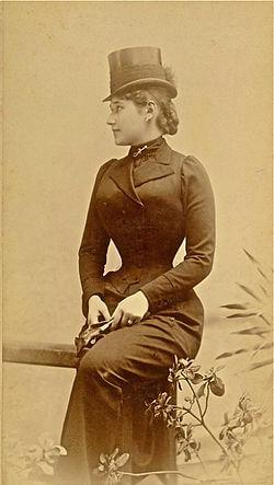 Ženski cilindar, poznatiji kao - šute; na fotografiji je Lenka Dunđerski