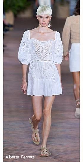 Mala bela haljina s ručnim radom u detaljima