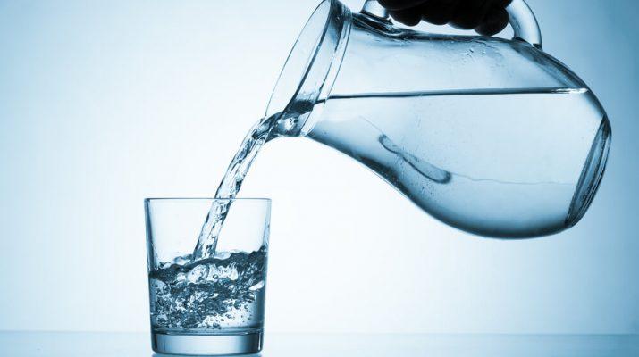 Pijemo vodu s plastikom