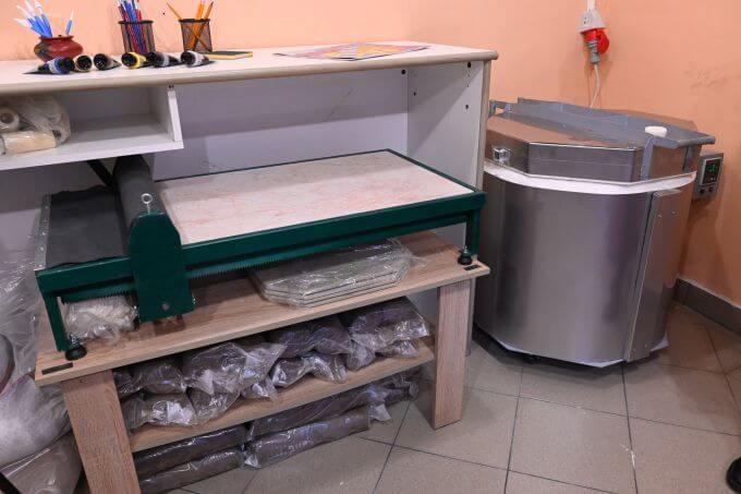 Peć za keramiku i sto za razvlačenje gline